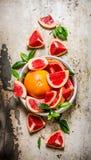 De grapefruit in een kop gesneden bladeren royalty-vrije stock afbeelding