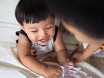 De grappige baby geniet van samen speel een stukdocument Stock Fotografie