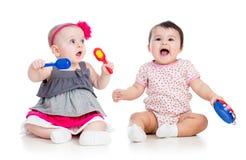 De grappige babysmeisjes spelen muzikaal speelgoed royalty-vrije stock afbeeldingen