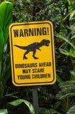 De grappige berichtraad toont dinosaurus in groen bos stock afbeelding
