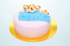 De grappige cake van het de puppyfondantje van de dutjetijd stock foto's