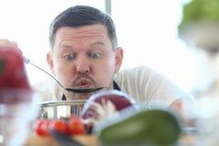 De grappige Chef-kok Blowing Kitchen Spoon van Gezichtsvlogger royalty-vrije stock foto