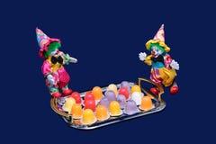 Twee gelukkig clowns en suikergoed. Royalty-vrije Stock Afbeeldingen