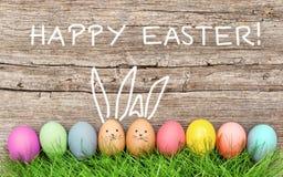 De grappige decoratie van konijntjespaaseieren Gelukkige Pasen Royalty-vrije Stock Afbeelding