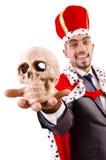 De grappige die koning met schedel op wit wordt geïsoleerd Stock Foto