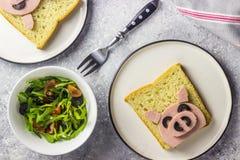 De grappige dierlijke sandwich voor jonge geitjes vormde leuk varken met gekookte worst en olijven stock foto's