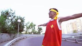 De grappige, dunne mens maakt een opwarming vóór jogging stock video