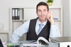 De grappige Holding Pen Between Lip van de Bureaumens en Neus Stock Foto's