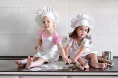 De grappige jonge geitjes bereiden het deeg in de keuken voor Gelukkige Familie royalty-vrije stock afbeelding