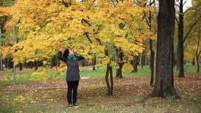 De grappige jonge vrouw springt in het park volledige HD stock footage