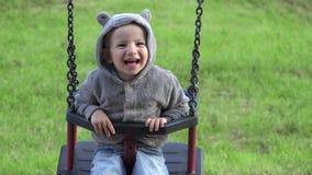 De grappige kind het spelen huid - en - zoekt, glimlachend jongen het in evenwicht brengen als raketvoorzitter stock video