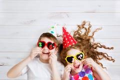De grappige Kinderen houden de 2017 gevormde kaarsen op de houten vloer ligt Royalty-vrije Stock Foto's