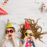De grappige Kinderen houden 2017 gevormde kaarsen Royalty-vrije Stock Afbeelding