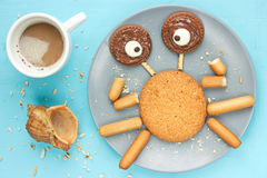 De grappige krab maakte van koekje en smolt chocolade stock afbeelding