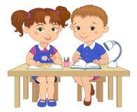 De grappige leerlingen zitten op gelezen bureaus trekken de illustratie van het kleibeeldverhaal Stock Foto