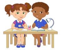 De grappige leerlingen zitten op gelezen bureaus trekken de illustratie van het kleibeeldverhaal Stock Afbeelding