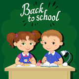 De grappige leerlingen zitten op gelezen bureaus trekken kleibeeldverhaal groene illustratie als achtergrond Stock Foto