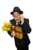De grappige man met bloemen en giftbox Stock Afbeeldingen