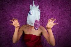 De grappige meisjeseenhoorn probeert aan doen schrikken u en gesticulerend Freaky jonge vrouw royalty-vrije stock foto's