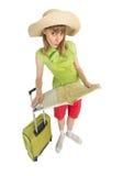 De grappige meisjestoerist met zak vindt route door kaart Royalty-vrije Stock Foto