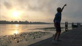 De grappige Mens danst Disco, Sprongen, bij Zonsondergang op de Dnipro-Bank stock video