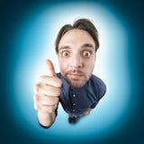 De grappige nerdmens zegt o.k. met duim Stock Foto