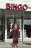 De grappige Oude Oma wint het Contante geld van het Geld bij Zaal Bingo Royalty-vrije Stock Foto's