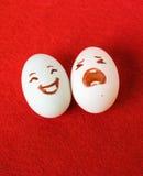 De grappige Pasen-emotieeieren op rood, houden van gelukkig eierenpaar Stock Afbeelding