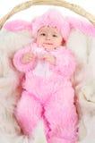 De grappige pasgeboren baby kleedde zich in het kostuum van de Paashaas Royalty-vrije Stock Foto's