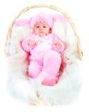 De grappige pasgeboren baby kleedde zich in het kostuum van de Paashaas Royalty-vrije Stock Foto