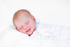 De grappige pasgeboren slaap van de babyjongen op zijn buik Royalty-vrije Stock Afbeelding