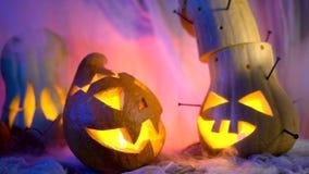 De grappige pompoen leidt het bedrijf tijdens de nacht Halloween sinistere samenstelling maar mooie vakantieattributen stock videobeelden