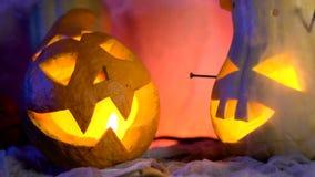 De grappige pompoen leidt het bedrijf tijdens de nacht Halloween sinistere samenstelling maar mooie vakantieattributen stock video