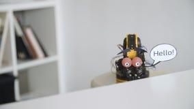 De grappige Robot zegt HELLO Experiment met Intelligente Manipulator Industrieel Robotmodel met Grappig Gezicht