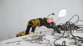 De grappige Robot zegt I ` m o.k. Experiment met Intelligente Manipulator Industrieel Robotmodel met Grappig Gezicht