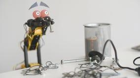 De grappige robotwerken met schroef en metaaldetails Experiment met Intelligente Manipulator Industrieel Robotmodel