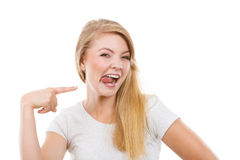 De grappige sitcking tong van de blondevrouw uit stock foto