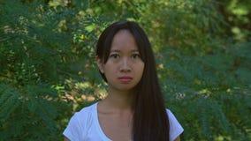 De grappige student maakt gezicht tonen bang maakt emoties stock videobeelden