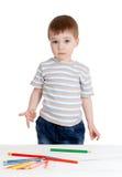 De grappige tekening van de babyjongen met kleurenpotloden Stock Foto's