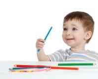De grappige tekening van de babyjongen met kleurenpotloden Royalty-vrije Stock Foto