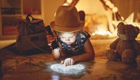 De grappige toerist van het kindmeisje met flitslicht en wereldkaart en backp stock foto
