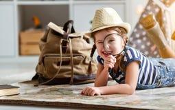 De grappige toerist van het kindmeisje met wereldkaart, rugzak en meer magnifier royalty-vrije stock fotografie