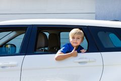 De grappige van het de jongenskind van de jong geitjeauto van het het venster open gebaar witte blauwe blonde van de de handoefen stock afbeeldingen