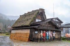 De grappige vogelverschrikkers op de muur bij historisch Japans dorp Shirakawa gaan (shirakawa-ga) Stock Afbeeldingen