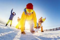 De grappige vrienden in speels stelt skisnowboarders royalty-vrije stock fotografie