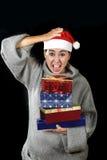 De grappige wanhopige vrouw in Santa Christmas-hoed in spanning over December-giften en stelt het winkelen het gillen voor royalty-vrije stock foto's