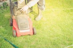 De grasmaaimachine wordt schoongemaakt van een gras/een grasmaaimachine wordt schoongemaakt van een gras Copyspace stock foto's