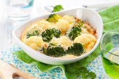 De gratin van broccoli en van de bloemkool Stock Afbeeldingen