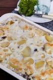 De gratin van de aardappel met paddestoelen Stock Afbeeldingen