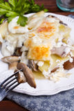 De gratin van de aardappel met paddestoelen Stock Afbeelding